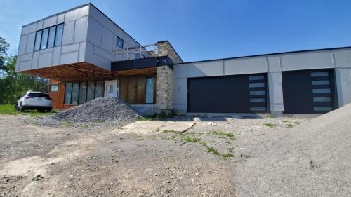 Modern-garage-door-installation-in-Oakville-Pro-Entry-Services
